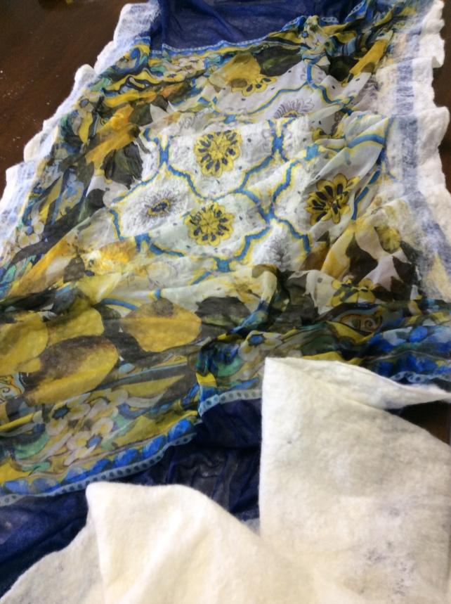 sciarpa in nuno-feltro con limoni