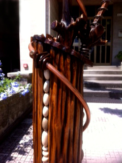 Lampada in legno con materiali di recupero